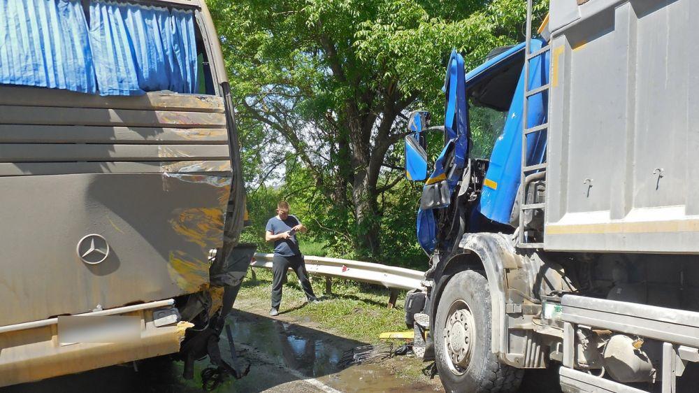 Спасатели деблокировали водителя грузовика, пострадавшего в ДТП с участием четырёх авто в Бахчисарайском районе