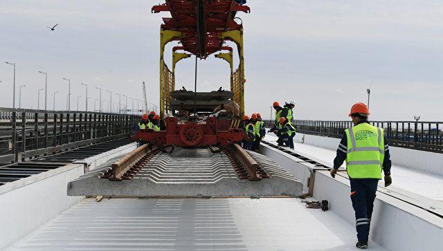 На Крымском мосту завершают установку пролетов железнодорожной части