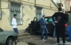 Иномарка разбилась в хлам, врезавшись в стену дома в центре Симферополя