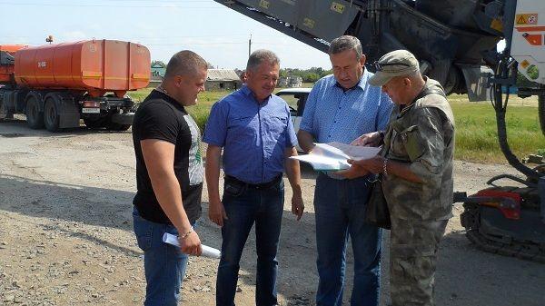 Игорь Щербанюк ознакомился с ходом работ по ремонту автомобильной дороги в селе Майское