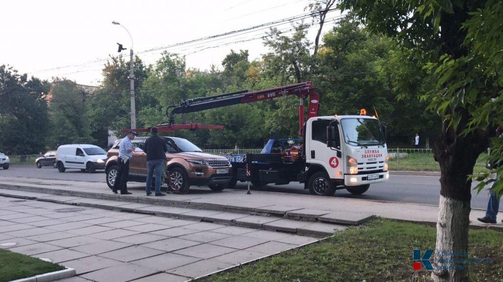 Частники больше не будут эвакуировать неправильно припаркованные машины в Ялте