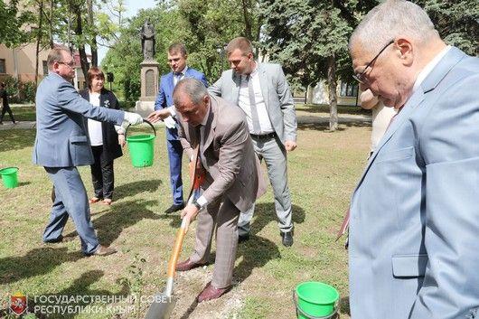 В честь пятилетия Парламента РК в Симферополе высадили розы
