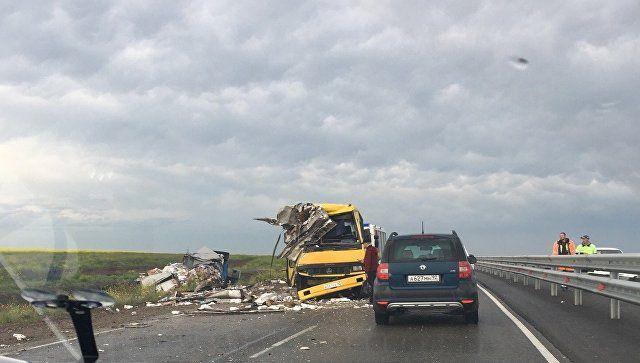 Уснул за рулем: в Крыму лоб в лоб столкнулись грузовик и автобус