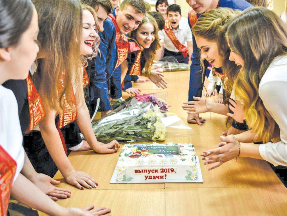 Сегодня для них прозвенел последний звонок, а с понедельника крымские выпускники будут сдавать ЕГЭ вместе со всей Россией