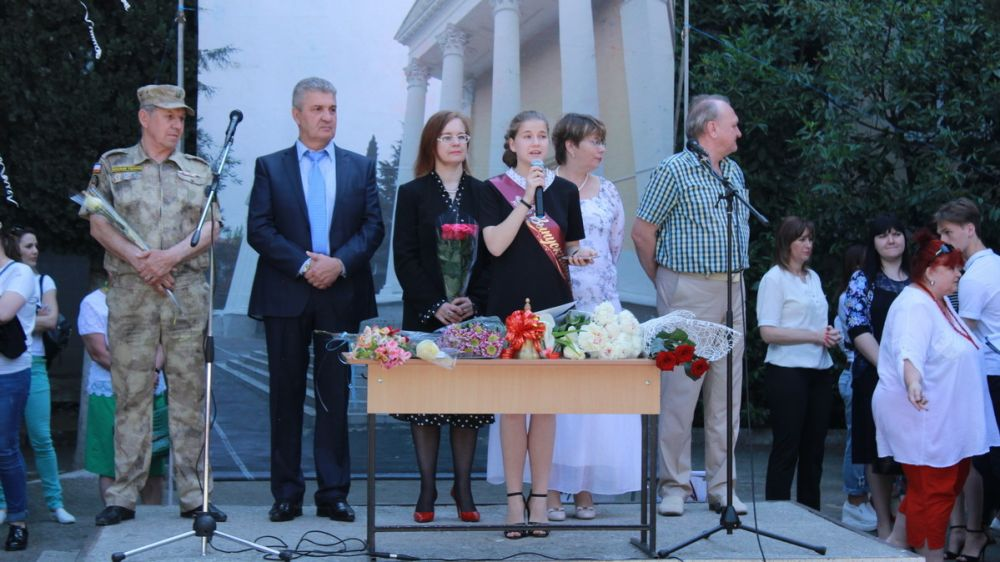 Представители руководства города поздравили учителей и воспитанников Ялтинской средней школы-лицея № 9 с праздником Последнего звонка