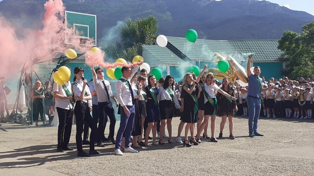 Депутаты горсовета поздравили ялтинцев с окончанием учебного года