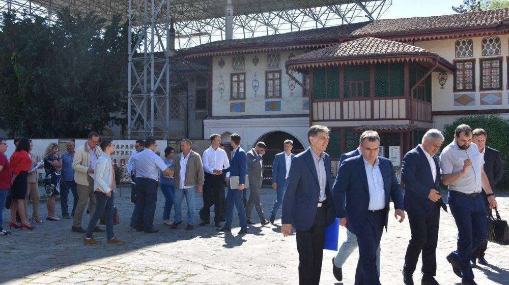 Назаров проконтролировал ход работ по реконструкции Ханского дворца