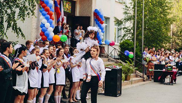 До свиданья, школа: для выпускников Крыма прозвенит последний звонок
