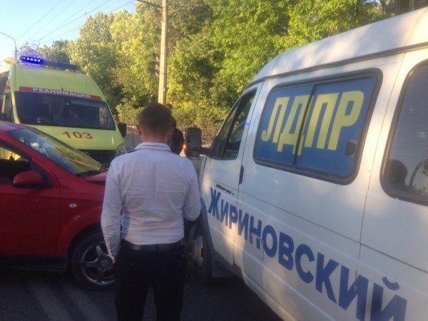 В Симферополе из-за крика ребенка легковушка врезалась в микроавтобус ЛДПР