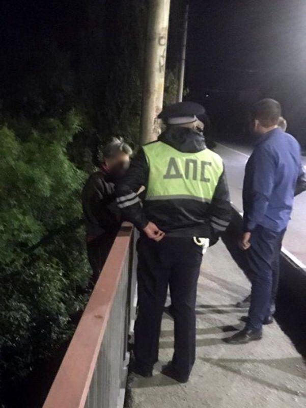 В Алуште полицейские пришли на помощь женщине, оказавшейся «на краю жизни»