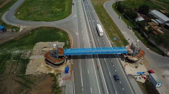 Надземные пешеходные переходы начали монтировать на новой трассе «Таврида» в Крыму