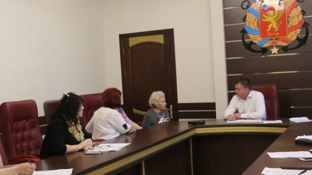 Помимо выездных встреч, глава администрации проводит еженедельные приемы граждан