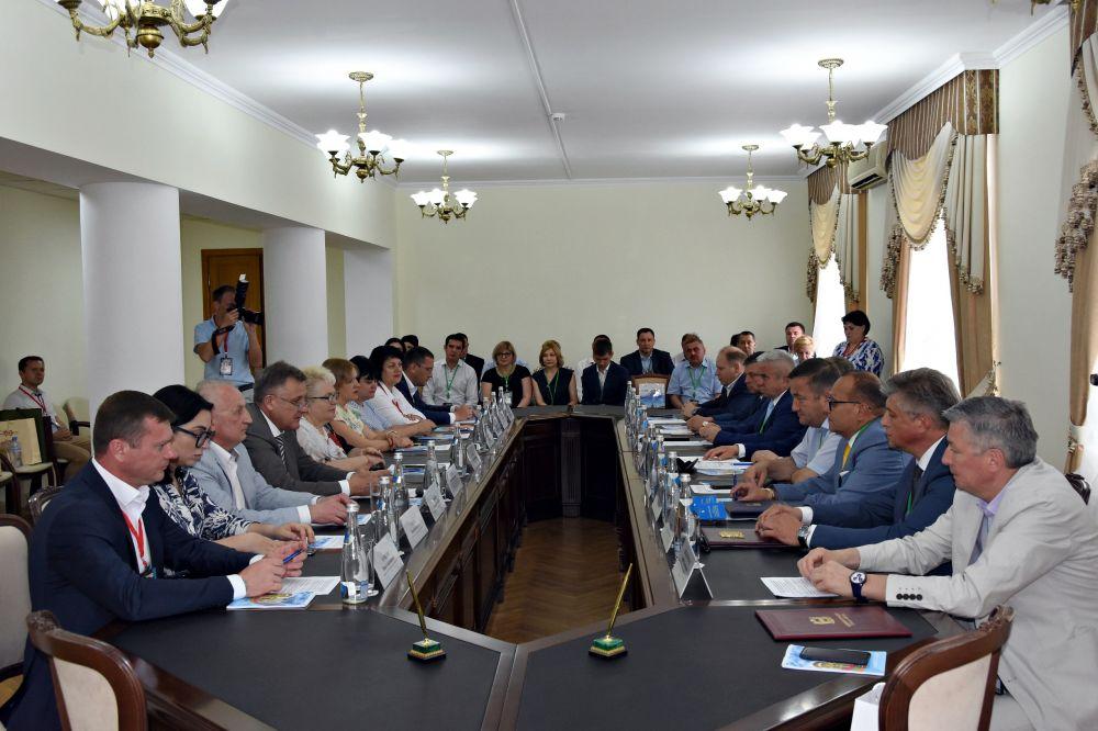 В крымской столице прошел круглый стол с городами-партнерами