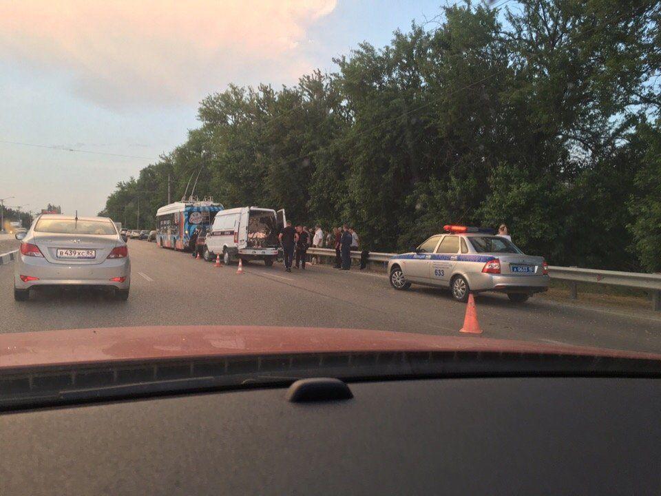 В Симферополе ВАЗ догнал троллейбус: погибли два человека