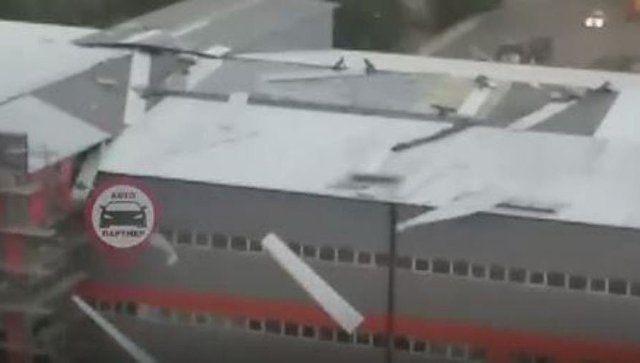 """""""Летающий"""" профнастил: как ветер """"разобрал"""" в Симферополе крышу здания"""