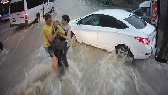 Унесенный потоком воды: видео спасения ребенка в Севастополе