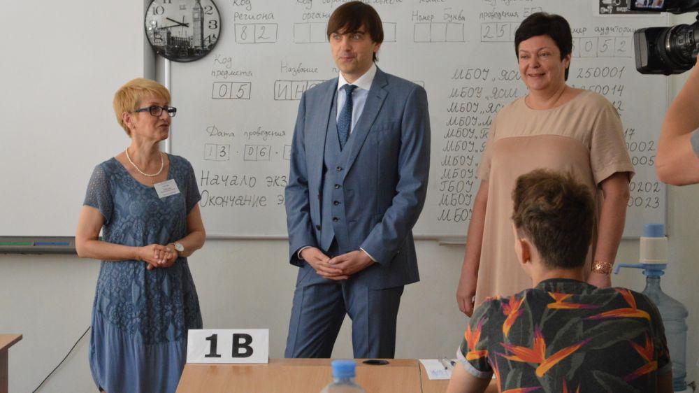 Наталья Гончарова вместе с главой Рособрнадзора посетила ялтинскую школу в день проведения ЕГЭ по биологии и информатике