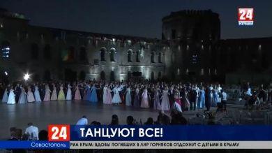 Невероятные костюмы, музыка и танцы. В Севастополе прошёл VI Большой офицерский бал