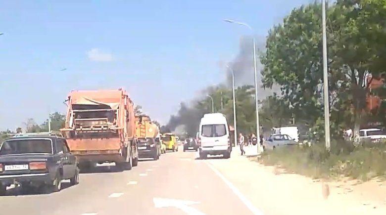 На крымской трассе на ходу загорелась легковушка