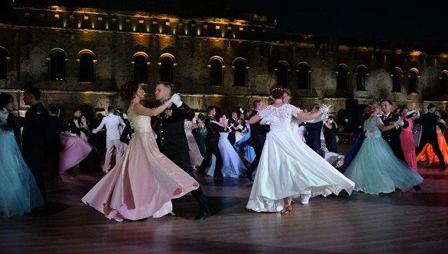 Сотни пар и гости из 15 стран: в Севастополе проходит офицерский бал