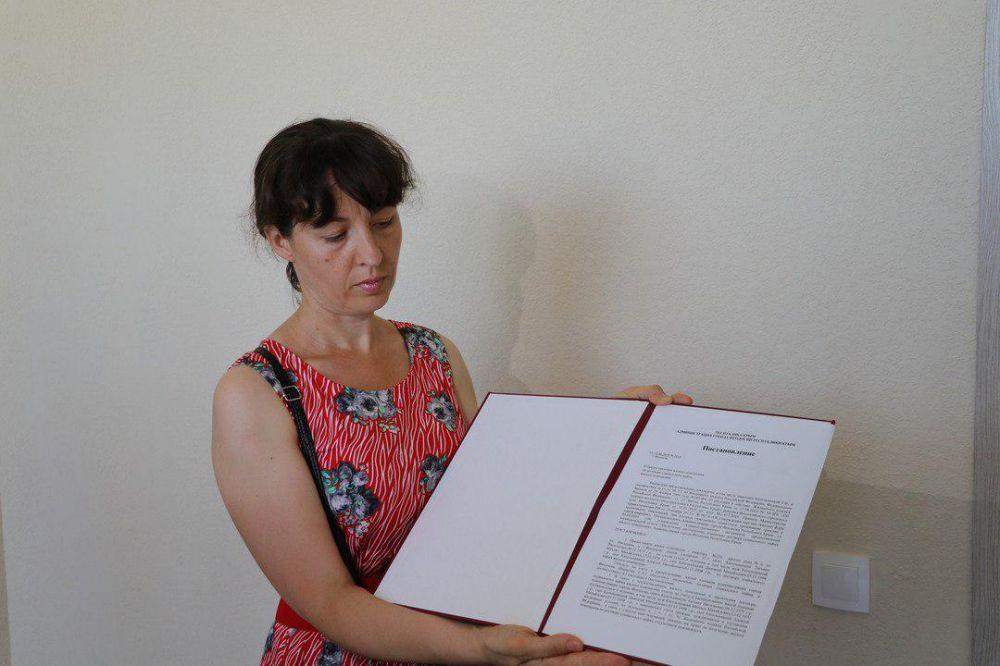 Семье из Феодосии вручили ключи от квартиры