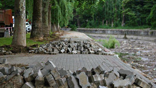 Казусы ремонта: симферопольцы уносят плитку с набережной Салгира