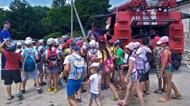 Сотрудники ГКУ РК «Пожарная Охрана Республики Крым» рассказывают школьникам о мерах безопасности в летний период