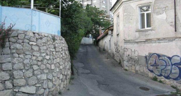 В Ялте пара в подпитии упала с 4- метровой стены: пришлось звать спасателей