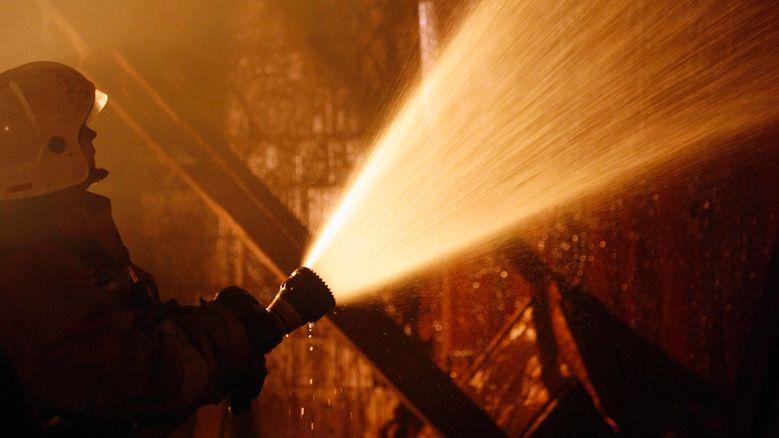 Огнеборцы эвакуировали человека на пожаре в Кировском районе