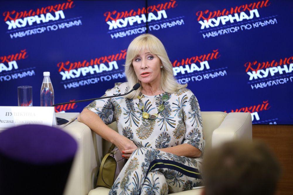 Оксана Пушкина рассказала в Крыму о советском феминизме, насилии в отношении женщин и беби-боксах