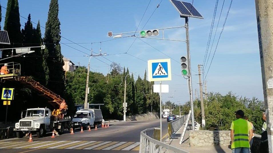 В районе школы в пгт. Никита установлен кнопочный светофор