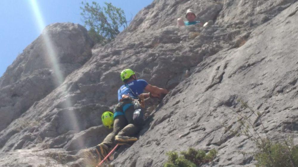 В г. Судак с опасного скального участка эвакуирован мужчина