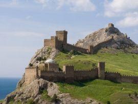 Мужчина застрял на скале, пытаясь попасть в Генуэзскую крепость