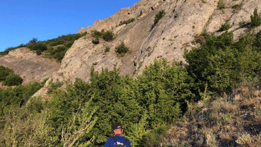 Специалисты «КРЫМ-СПАС» эвакуировали девушку со сложного скального выступа на горе Таракташ