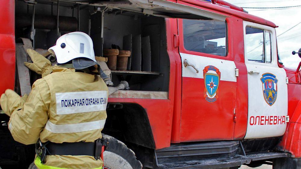 На Тарханкуте сотрудники МЧС ликвидировали пожар рядом с частным домом
