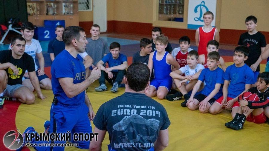 Старший тренер юниорской сборной России по греко-римской борьбе Николай Монов проведет мастер-класс в Симферополе