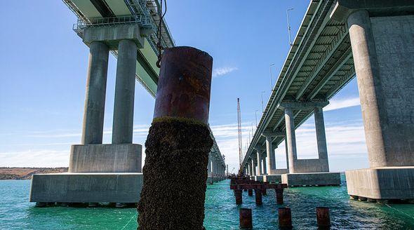 Строители демонтируют рабочие мосты в Керченском проливе