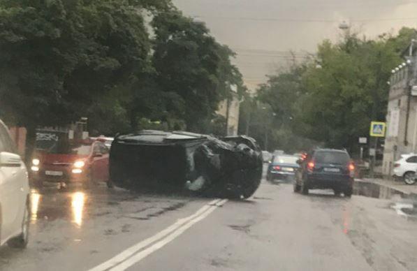В центре Симферополя перевернулся автомобиль