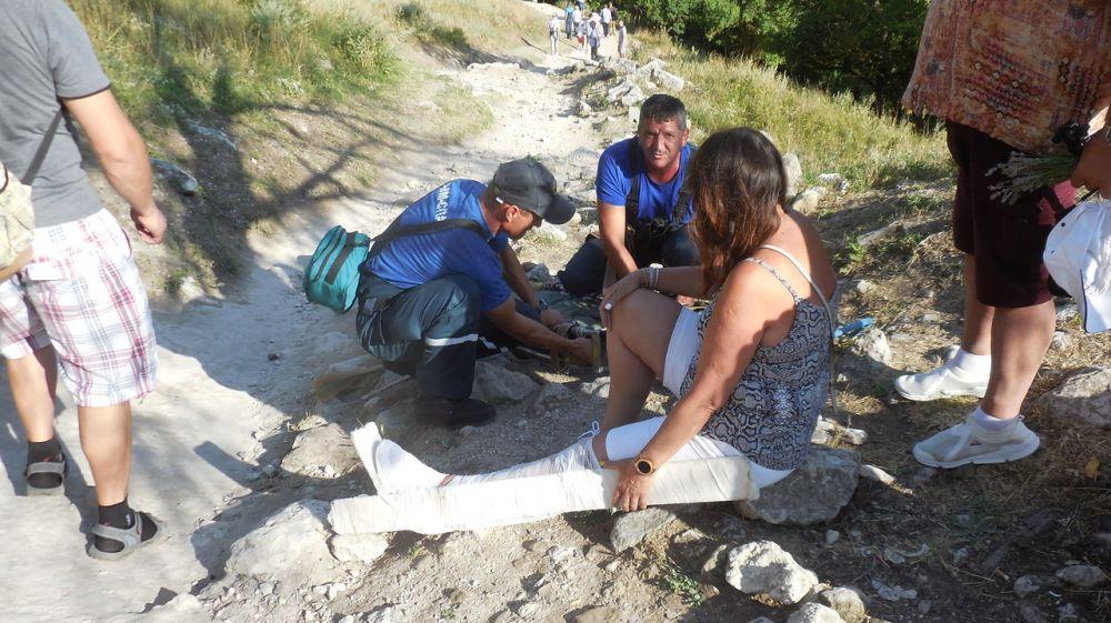 Спасатели эвакуировали женщину, получившую травму в районе Чуфут-Кале