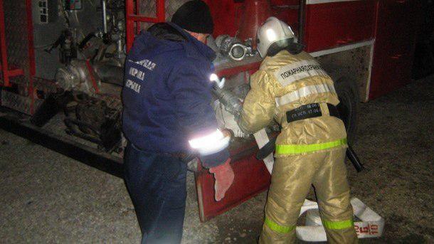 Огнеборцы потушили хозяйственную постройку с дровами, горевшую в Ленинском районе