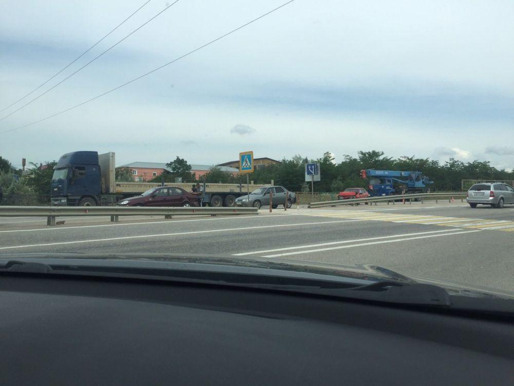 """На въезде в Симферополь собрался """"паровозик"""" из 3 машин: пострадал один из водителей"""