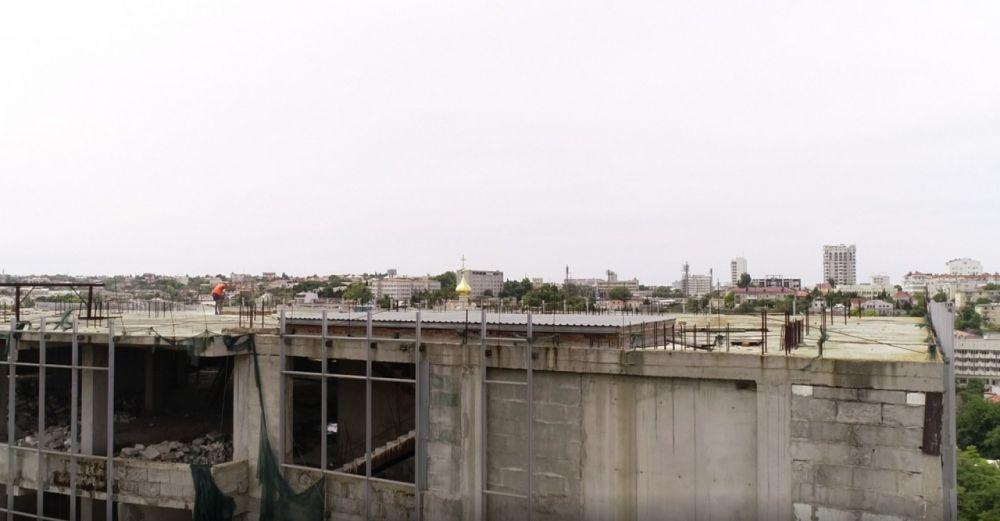 Начался демонтаж двух верхних этажей торгового центра «Диалог»