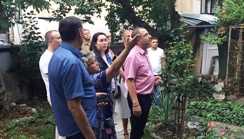 Депутат А. Куршутов обратил внимание на проблему отсутствия тротуара на подходе к школе № 1 в Ялте