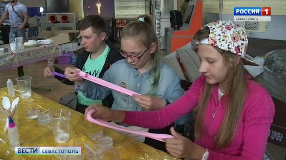 Жвачка для рук: в Севастополе впервые прошёл фестиваль слаймов