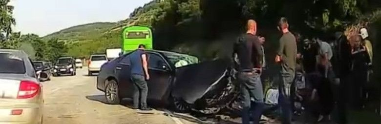"""На трассе Симферополь-Севастополь """"лоб в лоб"""" столкнулись легковушка и грузовик"""