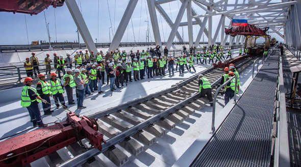 Строители завершили укладку рельсов на Крымском мосту
