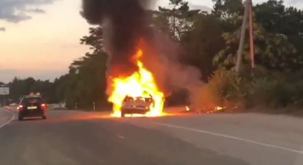 В Севастополе загорелся Chrysler: люди выпрыгивали на ходу