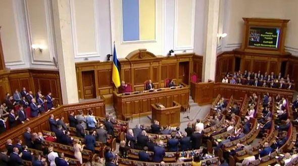 Партия Зеленского получает большинство в Раде по результатам обработки половины бюллетеней