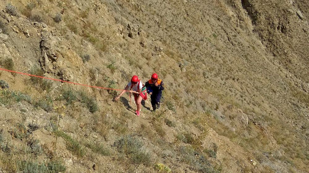 Спасатели «КРЫМ-СПАС» эвакуировали туристку с крутого склона в поселке Орджоникидзе