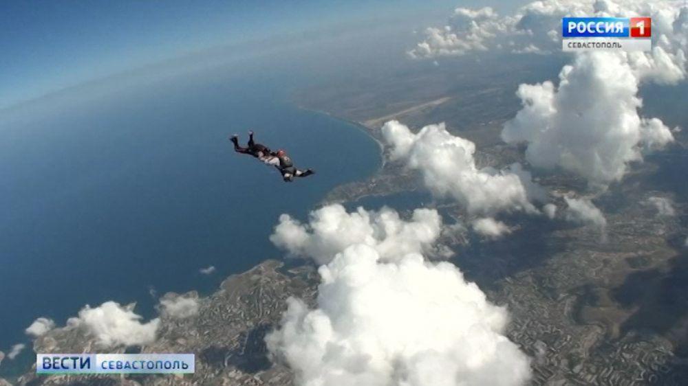 Впервые в Севастополе проходят соревнования по групповой воздушной акробатике